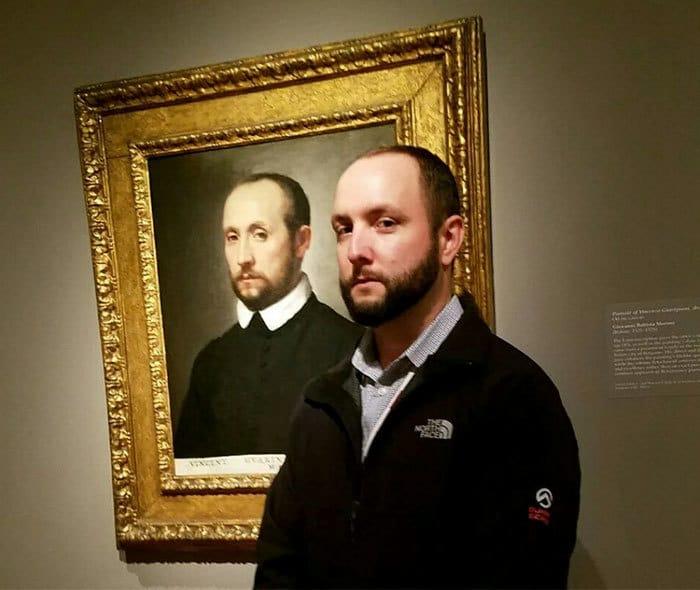 Итак, он идет в художественный музей, и это произошло